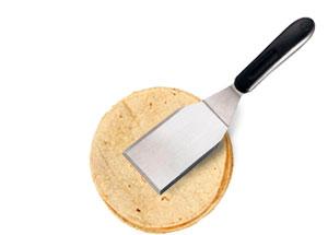 tortillas con una espátula